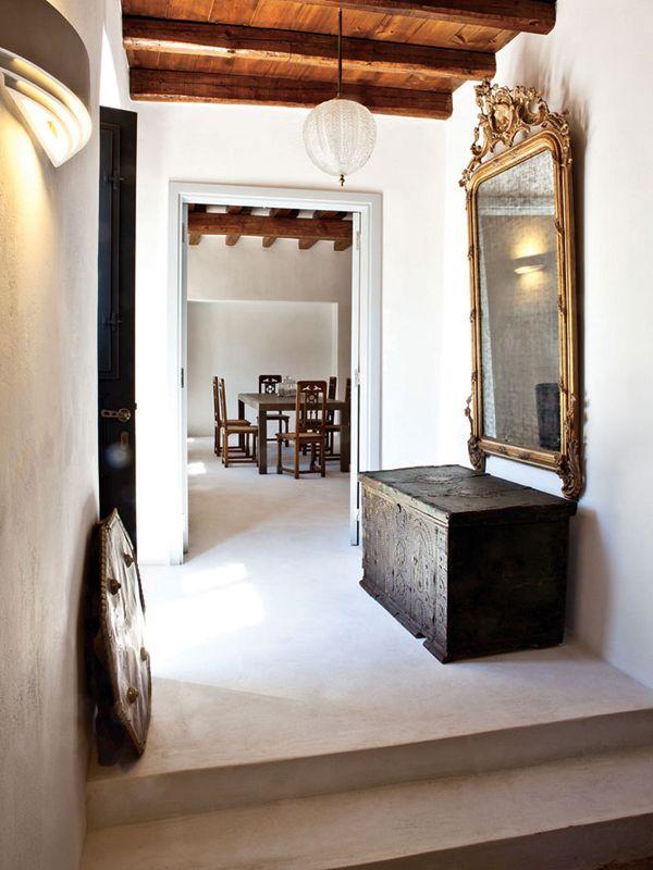 Moderno y antiguo en un pasillo. ¿Por qué no hacer que los pasillos de su casa parezcan unicos?