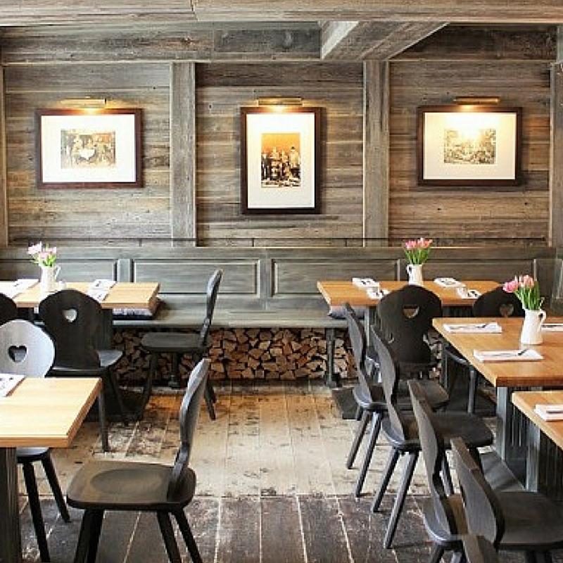 Traditionsreiches Ausflugsziel In Historischen Gemauern Das Restaurant Alter Krug In Berlin Dahlem Besticht Mit Ei Conference Room Table Decor Table