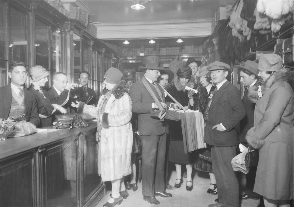 Quermesse promovida pelos artistas em proveito da sua Caixa de Reforma. Fotógrafo: Mário Novais. Data da fotografia original: 1928.  [CFT003 051322.ic]