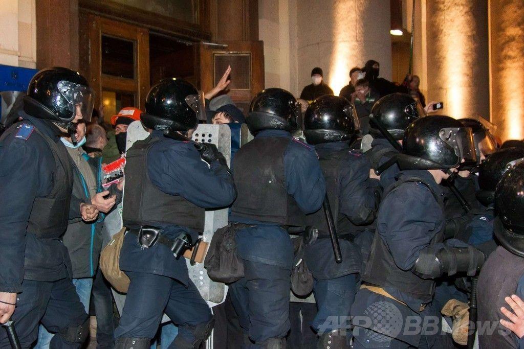親ロシア派が2都市の行政庁舎を占拠、ウクライナ東部 国際ニュース:AFPBB News   ウクライナ東部ハリキフ(Kharkiv)で、政府庁舎に侵入した親ロシア派のデモ隊と対峙(たいじ)する警官隊(2014年4月6日撮影)。(c)AFP/SERGEY BOBOK