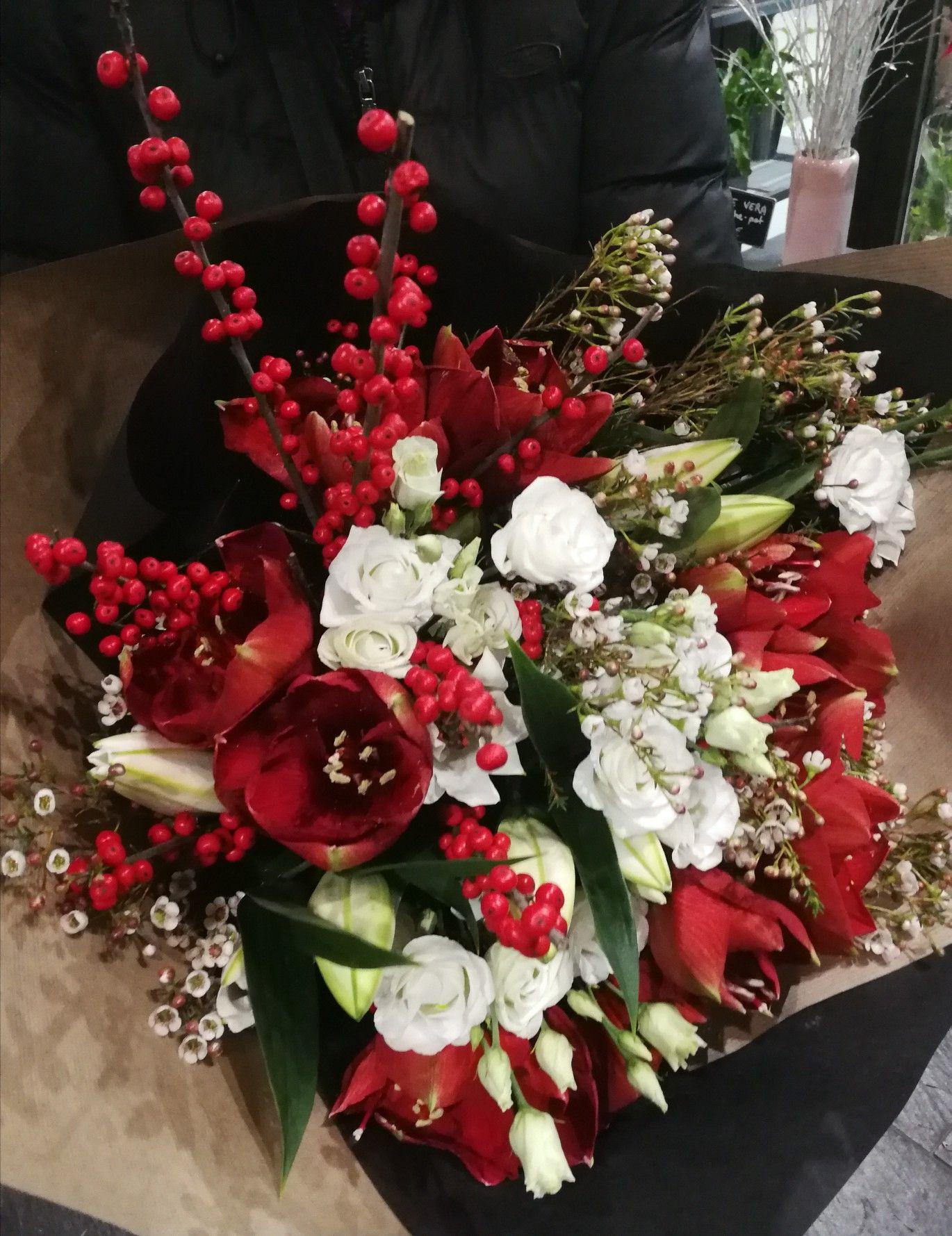 Bouquet De Noel Avec Du Houx des teintes festives aux couleurs de noël, rouge et blanc