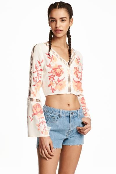@bellinissima: man, I love HM Japan sales too bad I am not in JP D:  LOVE: embroidery,  flowers,  pink but not sure I would personally wear this.  def more of a festival blouse  トランペットスリーブブラウス: Vネックのショートブラウス。ビスコース織物素材。花のプリントが入ったデザイン。細いレースの切り替えが入っています。長袖のトランペットスリーブ。サイドにコンシールジッパー付き。