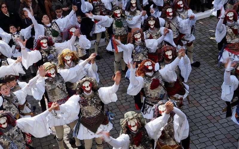 """Με το δρώμενο """"Γενίτσαροι και Μπούλες"""" συνεχίστηκαν στην Νάουσα οι αποκριάτικες εκδηλώσεις"""