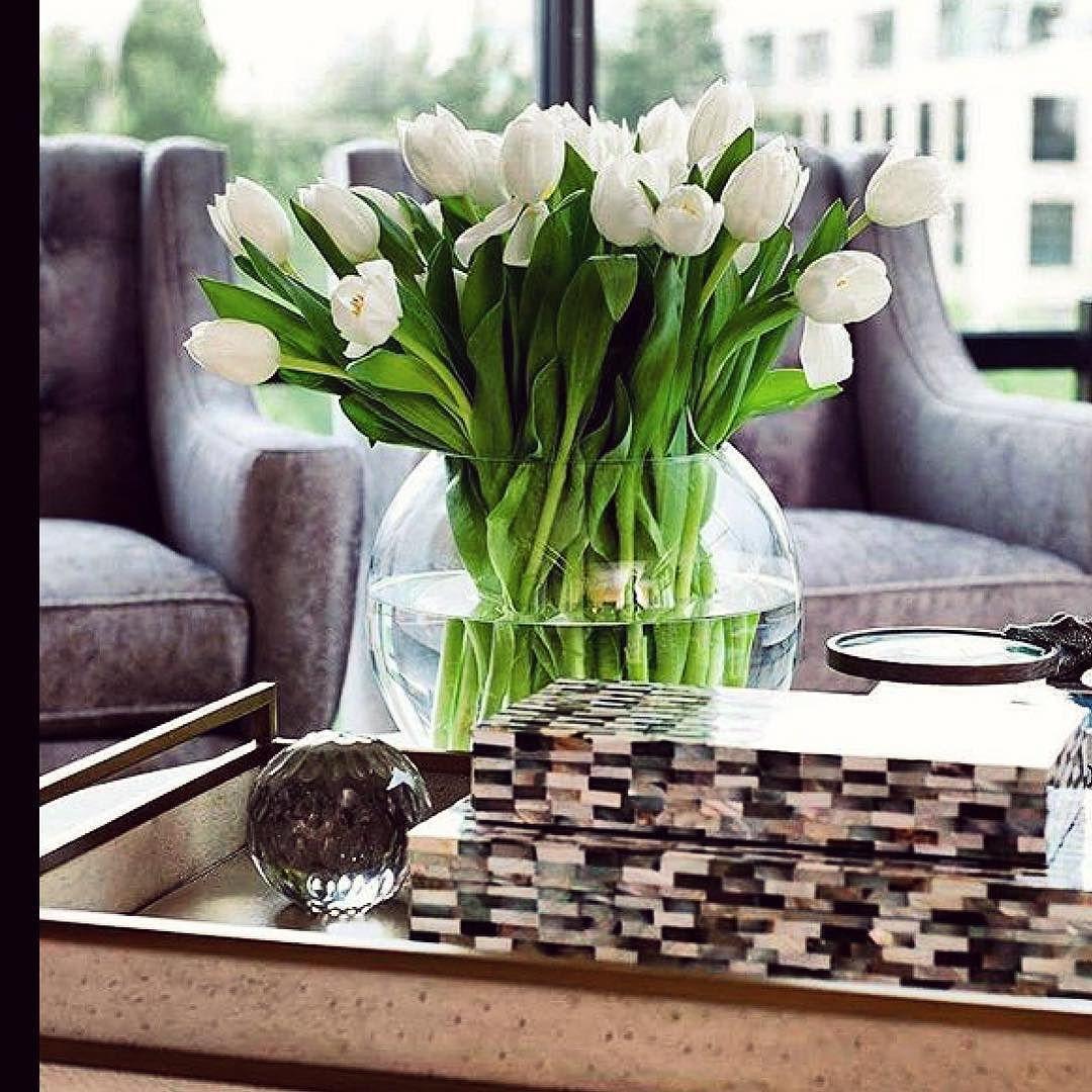 Herlig rund vase tilsvarende har vi fra Riviera M. Gorgeous I love tulips  #karismainterior #interior #inspiration #interiordesigner  repost @charlottesafavi by karismainterior