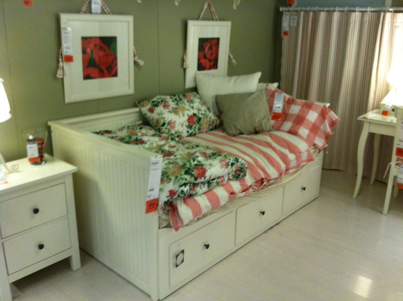 this daybed with storage underneath is a wonderful idea for our small space - Daybed Small Space