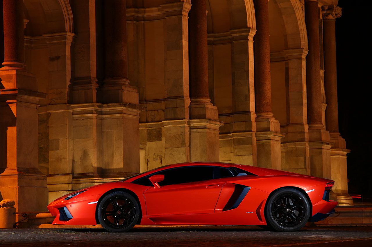 Full Side View Of The Lamborghini Aventador LP700-4 (With