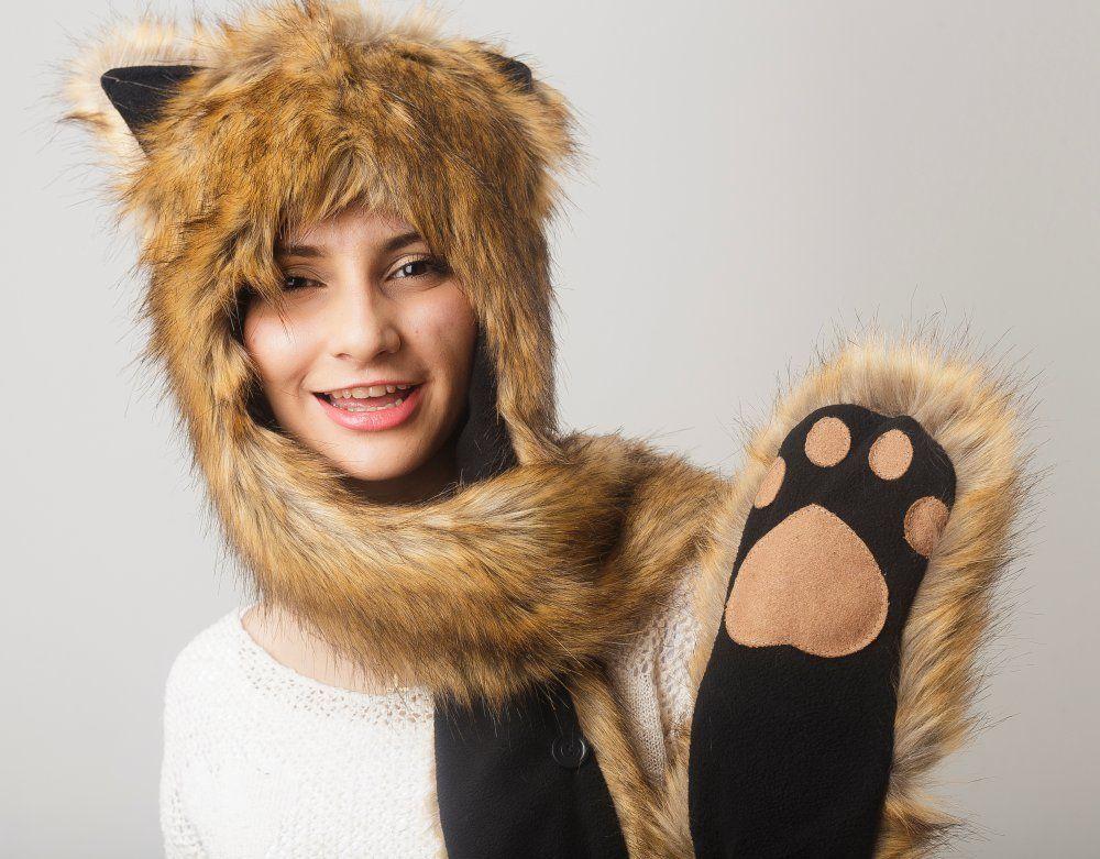 ЗвероШапка Лиса - выбор стильных и креативных современных модниц. За окном ветер, мороз и снег? Пушистая шапка в виде лисы спасет Вас от любых холодов, даря тепло и заряжая позитивом! Красивая шапка лиса с ушками, пошитая из красивого и качественного искусственного меха, может появиться в Вашем гардеробе прямо сейчас! Порадуйте себя или купите столь необычный теплый аксессуар для своей подруги и наслаждайтесь свежестью морозных дней, не боясь замерзнуть...