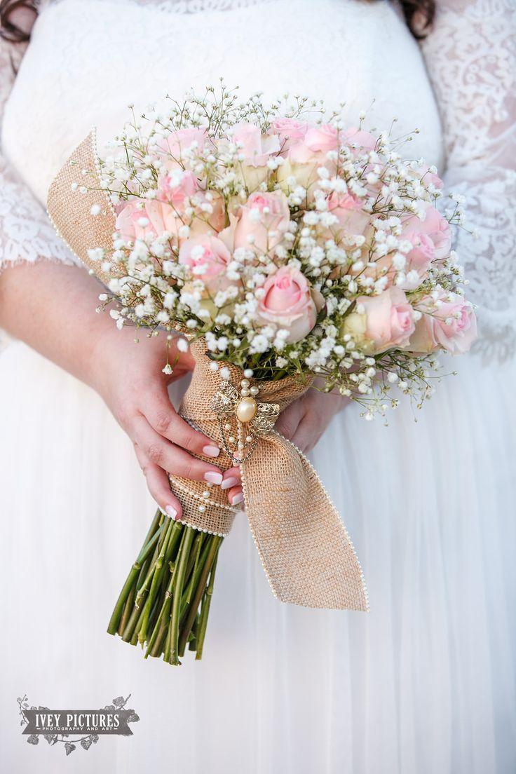 Antike Brosche; Brautstrauß; Sackleinen Wrap; rosa Rosen und Baby's Brea …   …