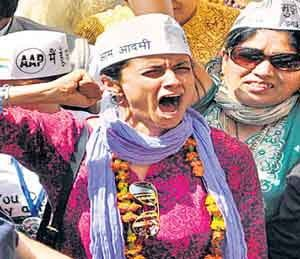 माहेराहून काहीच आणले नव्हते, मग एवढी संपत्ती कशी? मनेकांचा सोनियांना सवाल  http://divyamarathi.bhaskar.com/article-ht/NAT-DEL-nomination-in-delhi-general-election-2014-4556984-NOR.html