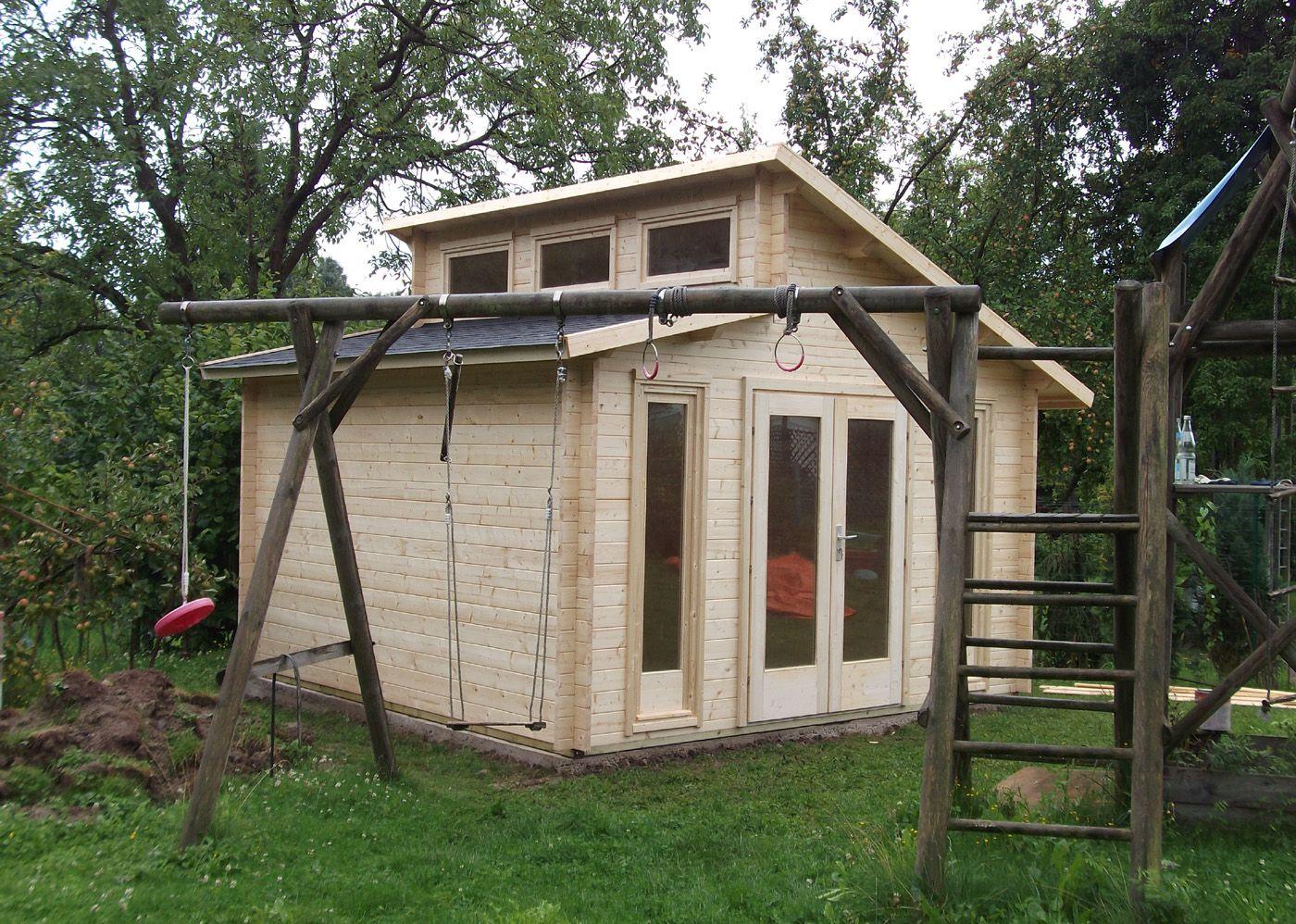 Naturholz Pultdach Gartenhaus im Garten. Auf dem