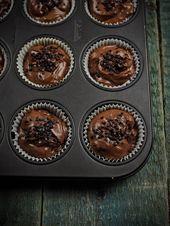 Rezept für Weihnachtsschokoladen-Gewürzkuchen-Muffins mit Kirschen   – Weihnac… – Schokoladenkuchen Rezepte