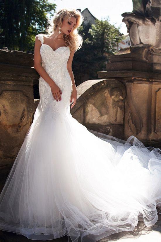 マーメイドラインの美しい豪華なウェディングドレス。全体に縫い
