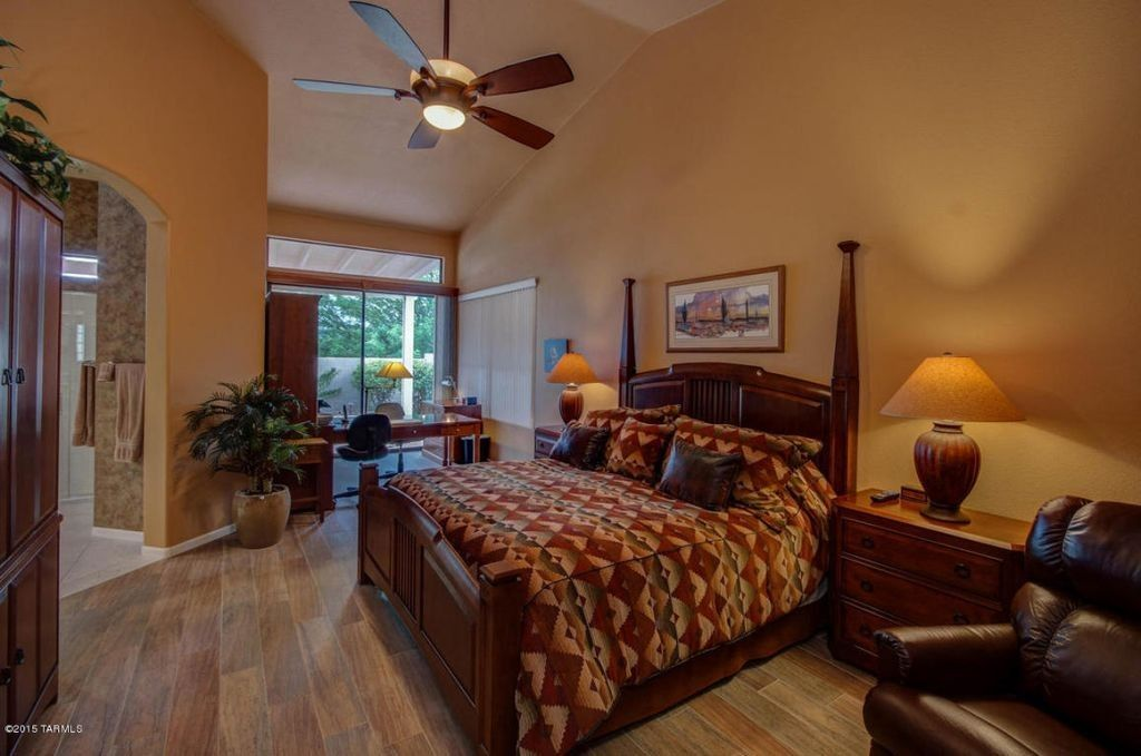 Erstaunlich Dieses Offene Konzept Master Schlafzimmer Hat Eine Gewölbte Decke Bedeckt  In Abgeschwächter Orange,