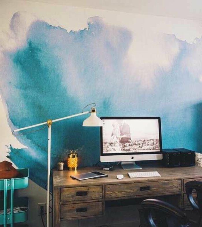 peindre-un-mur-au-rouleau-bureau-en-bois-vintage-avec-tiroirsjpg - peindre un mur en bois
