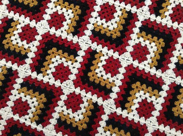 Modern Mitered Granny Square pattern by Sue Rivers #grannysquares
