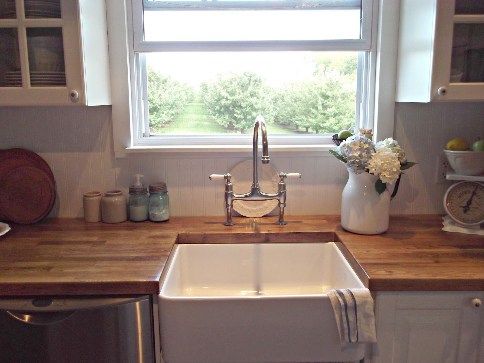 Farmhouse style sinks rustic farmhouse a farm style for Kitchen counter decor