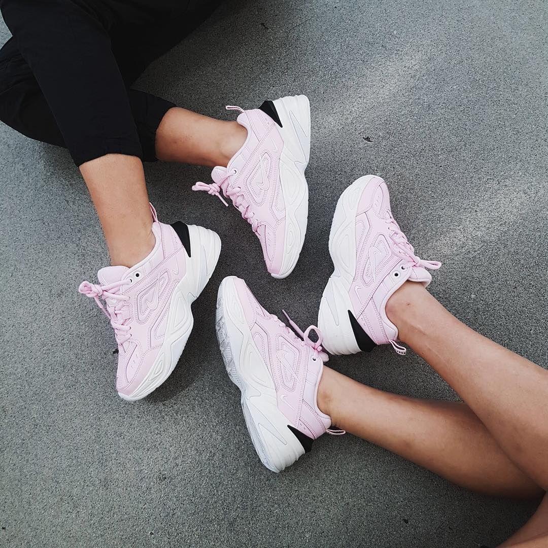 buy online ae868 99a47 Nike M2K Tekno Pink – einer der beliebtesten Sneaker für Frauen. Wer auf  den Fashion Trend aufspringen möchte, der sollte sich diesen Chunky Sneaker  holen.