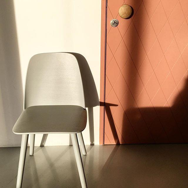 De Nerd Chair Van Muutodesign Is Gemaakt Van Gebogen Essenhout In Diverse Kleuren Leverbaar Naast De Stoel In Onze Nieuwe Deur Furniture Decor Home Decor