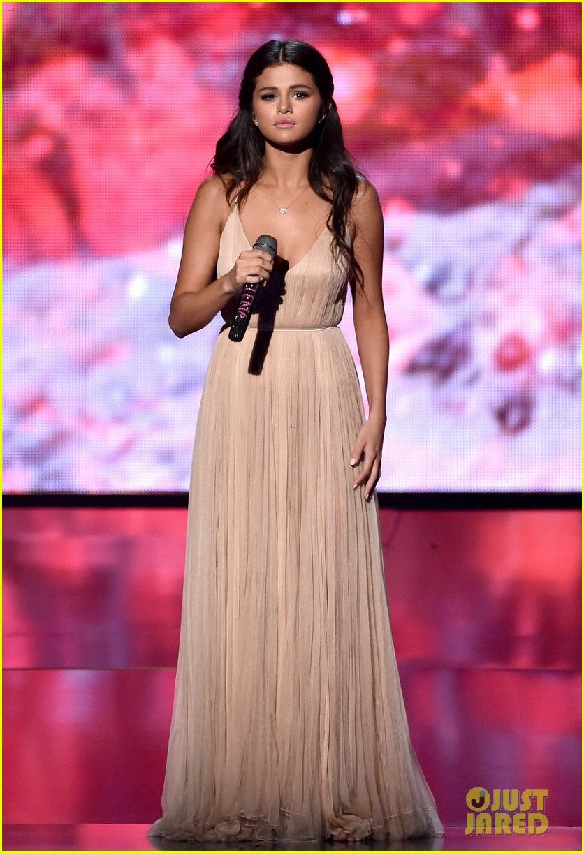 Selena Gomez Sings The Heart Wants What It Wants At Amas Watch