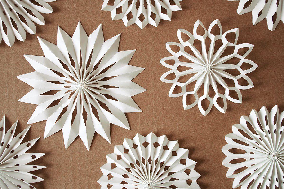 Material: · Weißes Papier · Klebstoff · Weißen Bindfaden