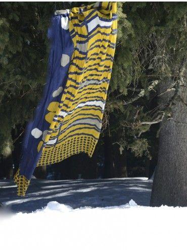 44773874c7 Les Petits Carnets — Echarpe, étole BACKGAMMON cachemire et soie bleu marine,  jaune moutarde.