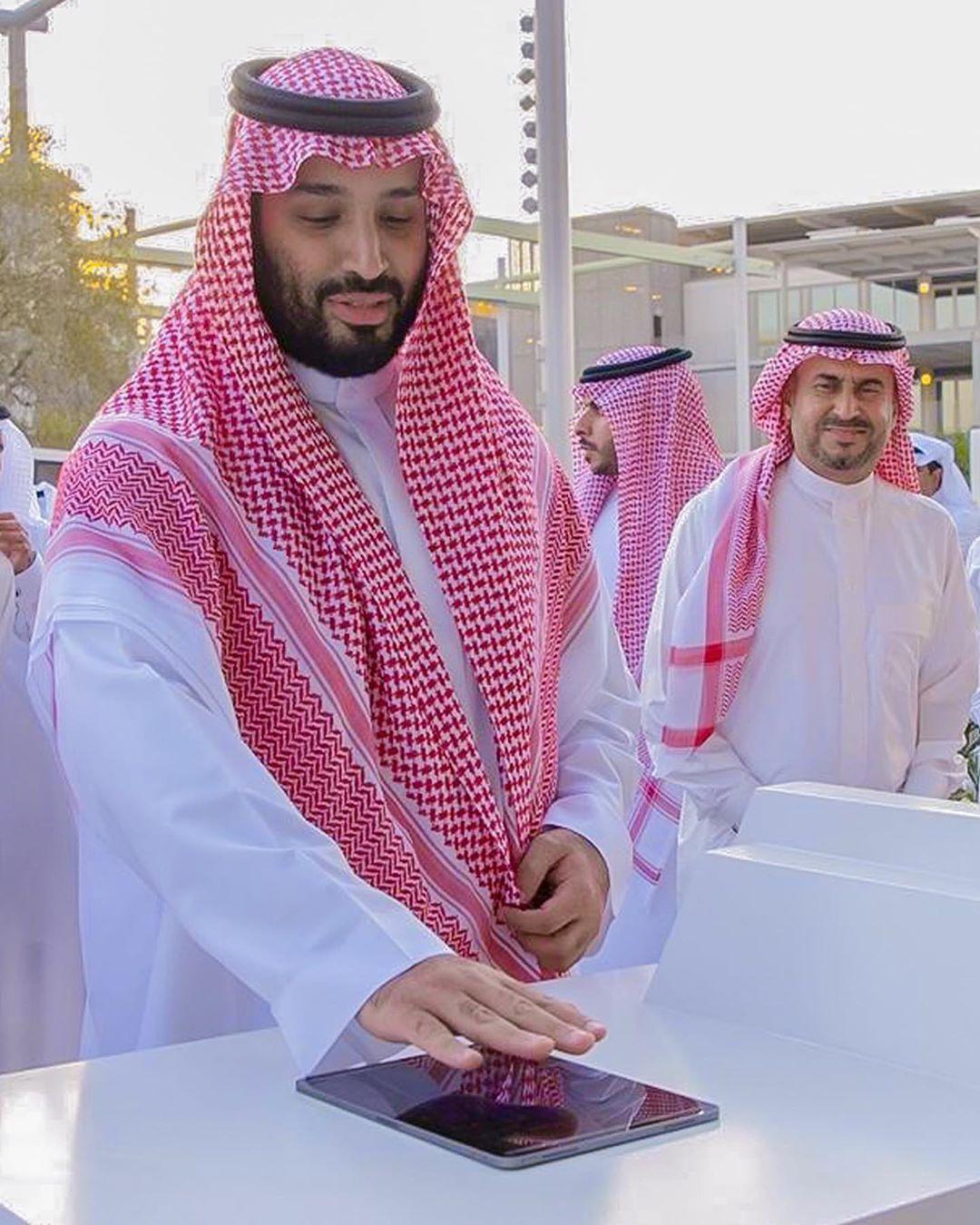محمد بن سلمان On Instagram هيبة من رب العالمين مايقدر احد ينكرها الله يحفظك ويرعاك السعودية السعودية السعودي Coat Lab Coat Academic Dress
