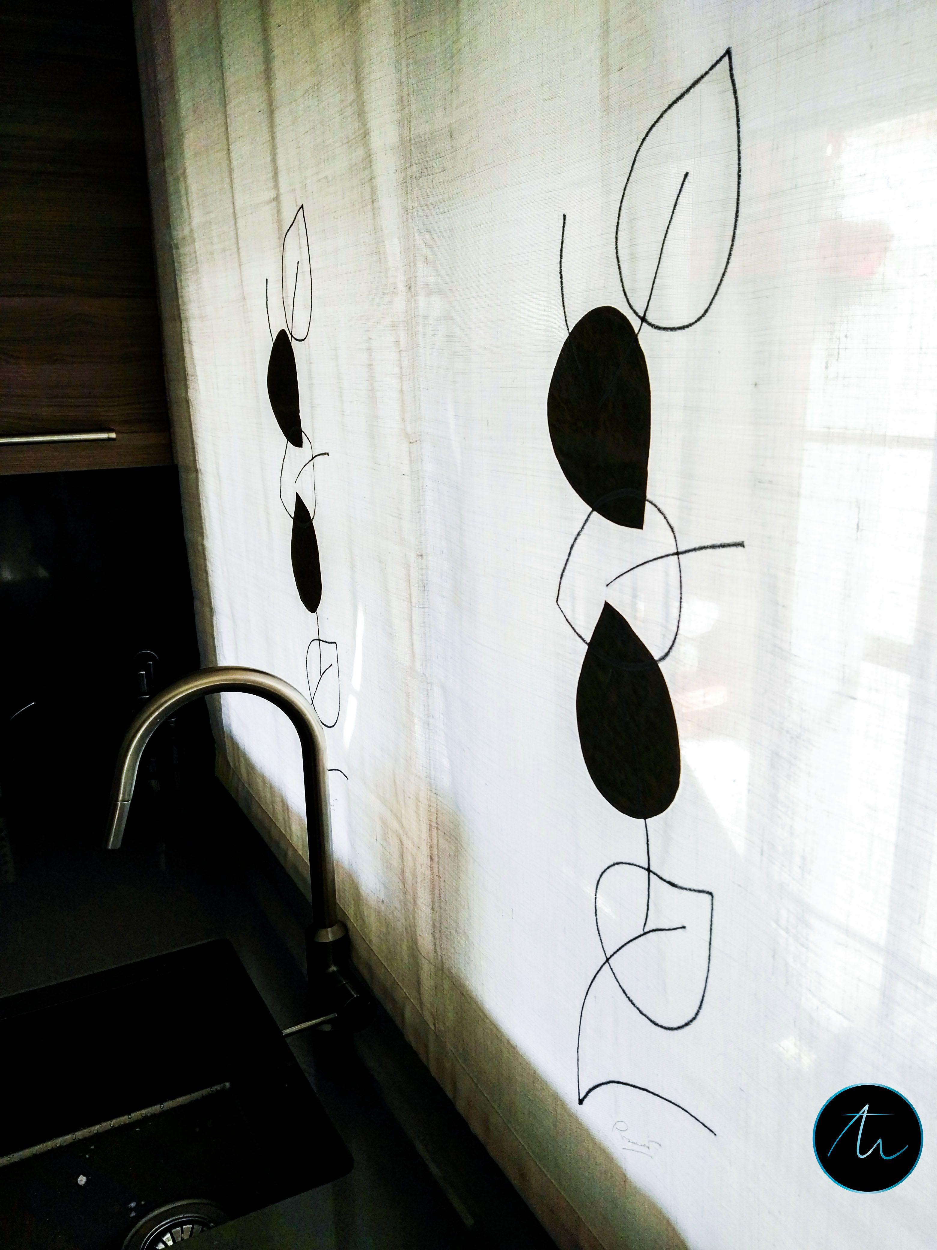 Instalación de cortina en cocina de estilo contemporáneo. Estor ...