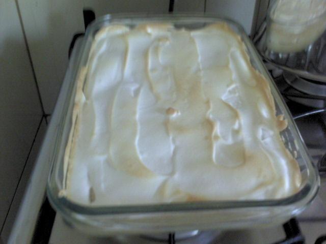6 bananas nanicas  - 300 g de queijo minas fresco  - 1 lata de leite consensado  - 4 claras  - 6 colherres de açucar refinado  - Raspas de 1 limão  - Margarina para untar  -