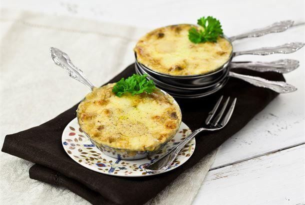 """Tatti Julienne ✦ Venäläinen sieniruukku """"Julienne"""" tehdään perinteisesti kuvissa näkyviin varrellisiiin metallisiin annosvuokiin, mutta ne voi korvata mainiosti pienillä annosvuoilla. Tämä täyteläinen ruoka on vienyt monen sienenystävän sydämen, sillä nämä raaka-aineet tekevät kunniaa metsänherkuille. http://www.valio.fi/reseptit/tatti-julienne/ #resepti #ruoka"""