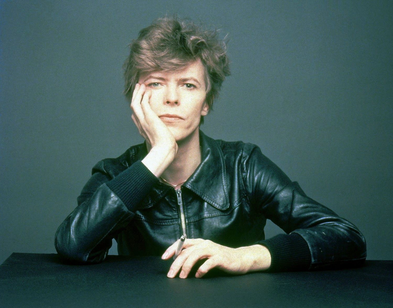 """The Outtakes Of David Bowie's Iconic €�heroes"""" Album Cover Shoot"""