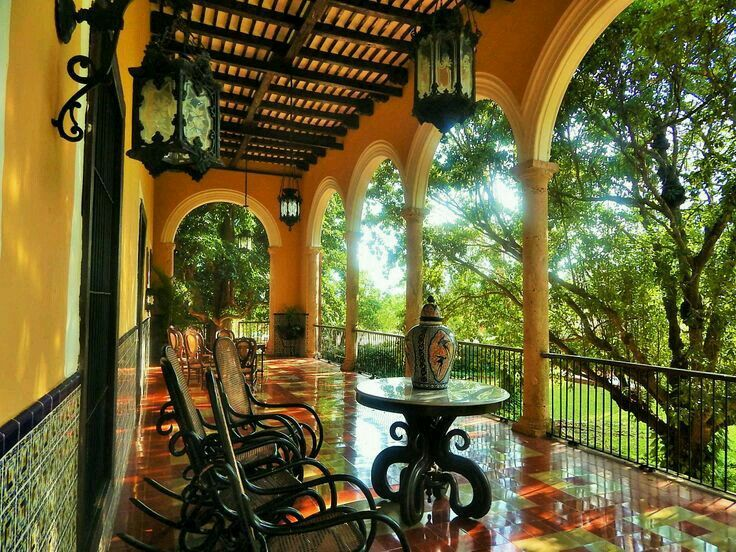 Hermosa hacienda mexicana, corredor tradicional. Hacienda donde aún se trabaja el henequén