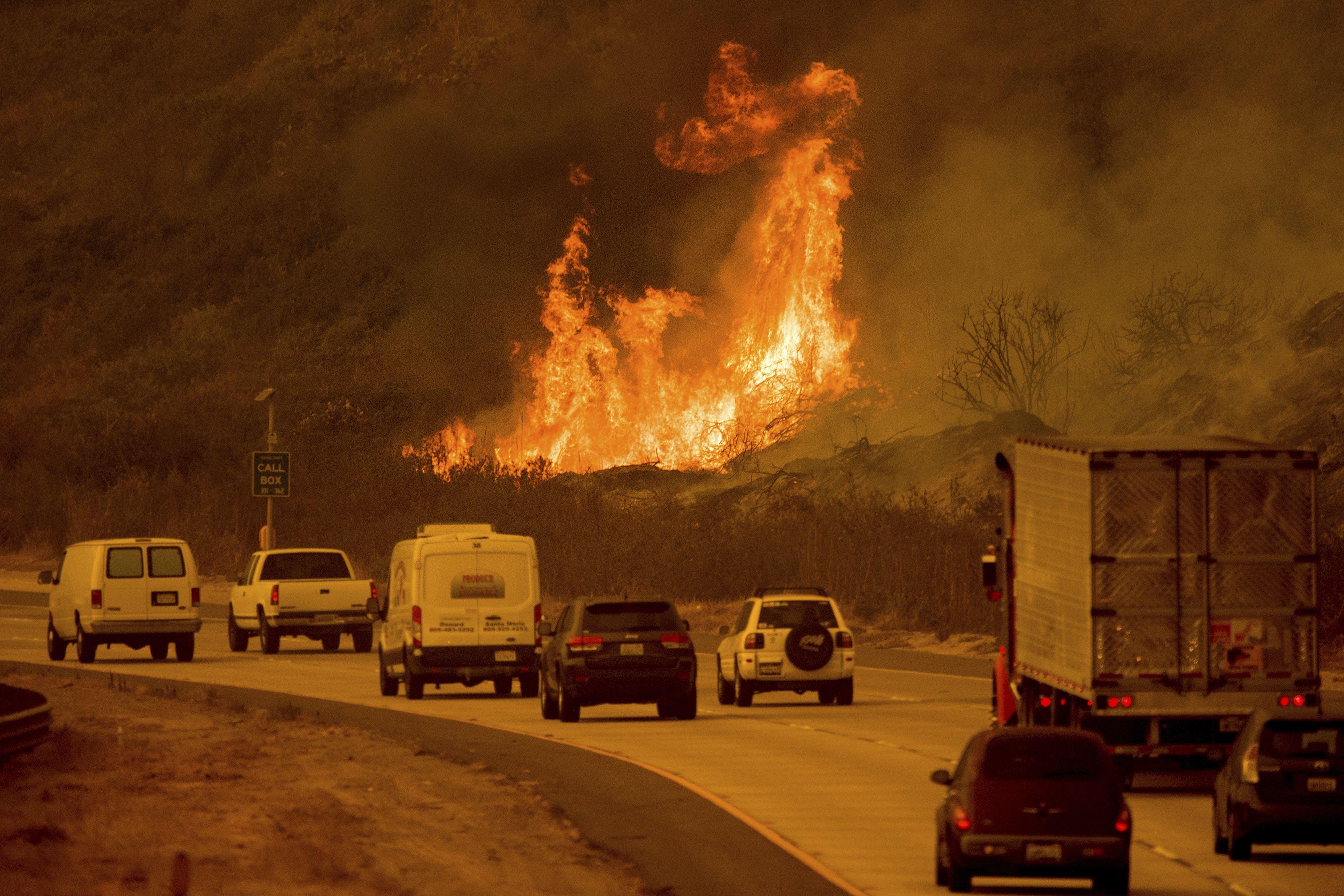 Photos Thomas Fire Explodes To 90k Acres Across Ventura County California Wildfires Ventura County Ventura California
