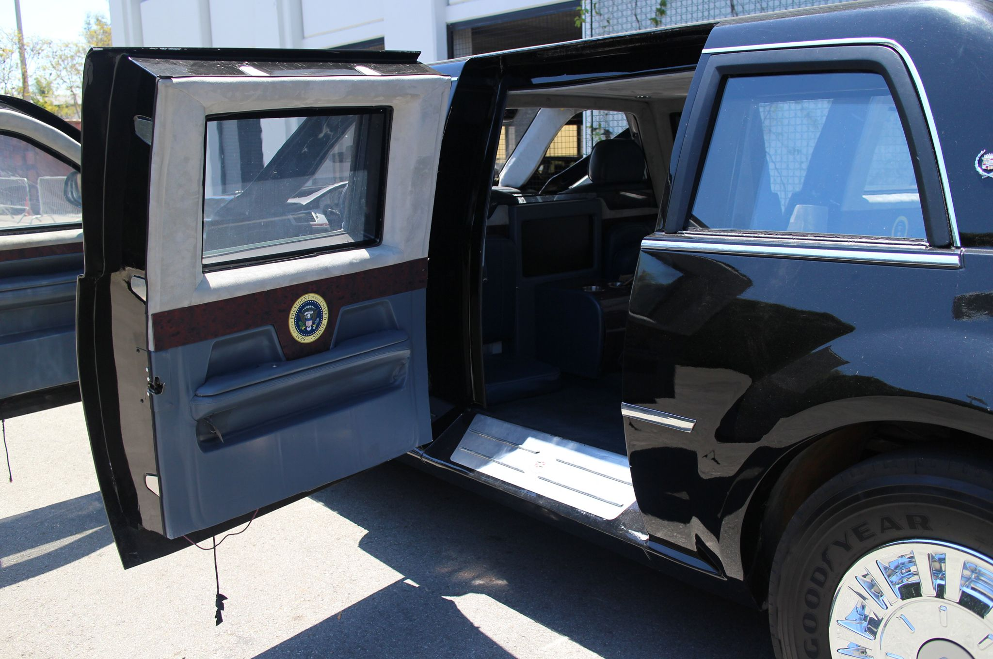Cadillac-Presidential-Limo-The-Beast-White-House-Down-replica-rear ...