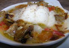 """Esta receta  de """"Bacalao al plato con verduras"""" es una delicia, me sorprendió. En mi búsqueda de recetas """"súper"""" y ligeras me tope con un papillote de pescado y esta era la idea original pero mi cocina es un mundo de sorpresas se sabe cómo se comienza pero no como se acaba, se fue trasformando la idea, se me ocurrió utilizar un plato de horno (los de huevos al plato),  los clásicos de toda la vida que encuentro muy prácticos, poner en ellos todas mis verduras y el pescado......."""