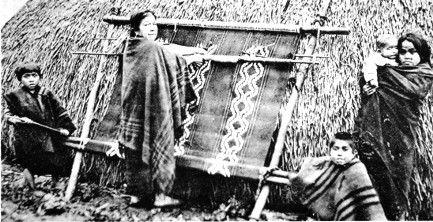 Telar mapuche en el jardín puesto a la ruca, 1903 aprox.