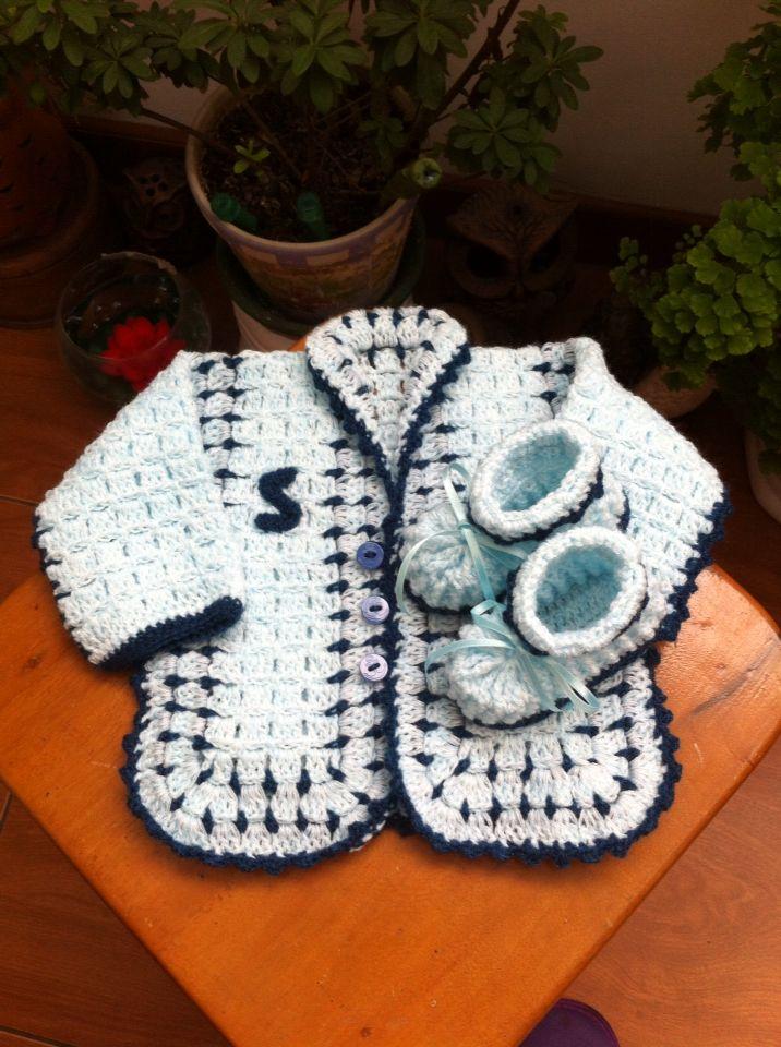 Un saquito con botines a crochet, para recién nacido   Proyectos que ...