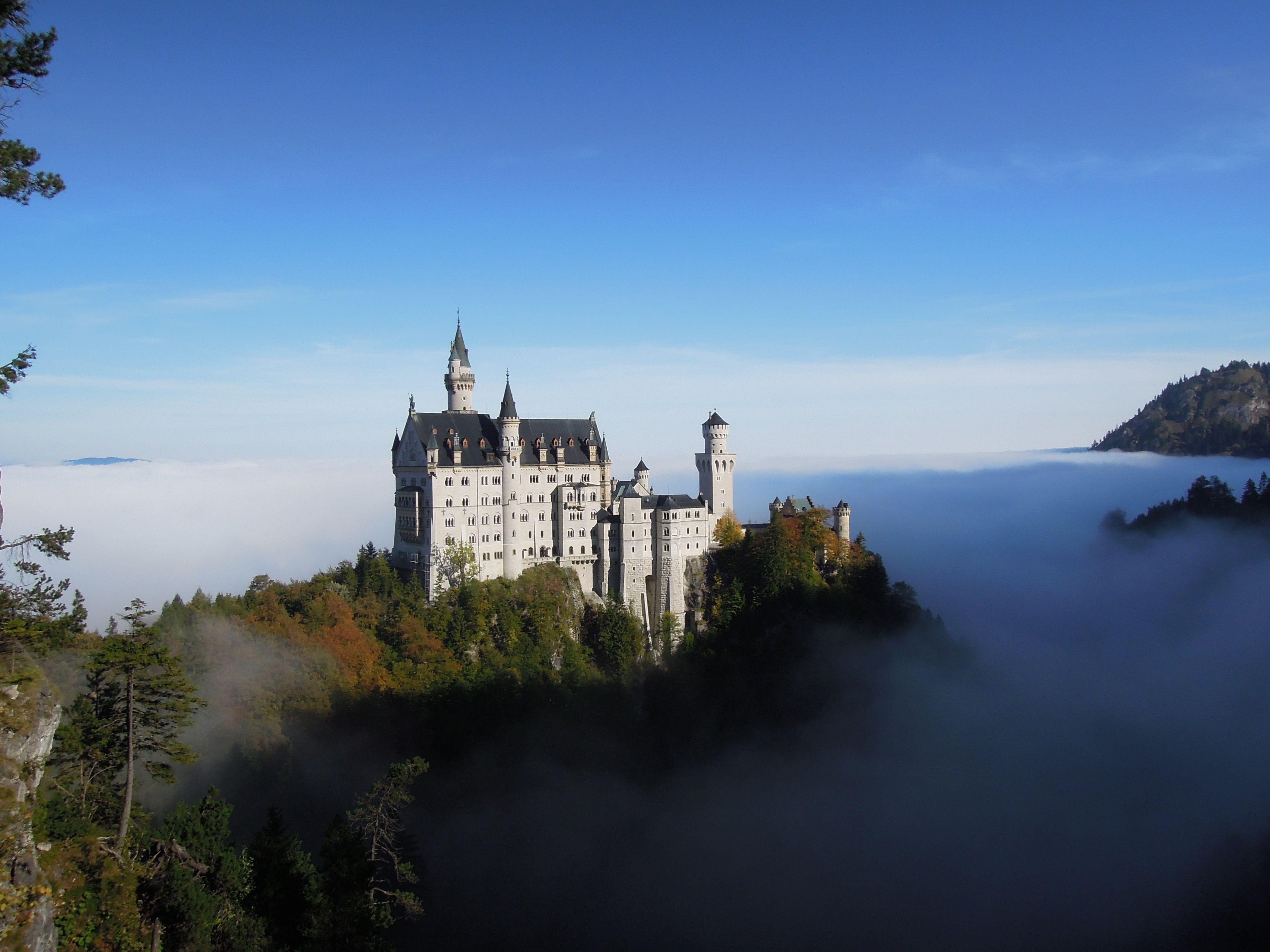 Schloss Neuschwanstein Im Nebel Neuschwanstein Castle Castle Above The Clouds