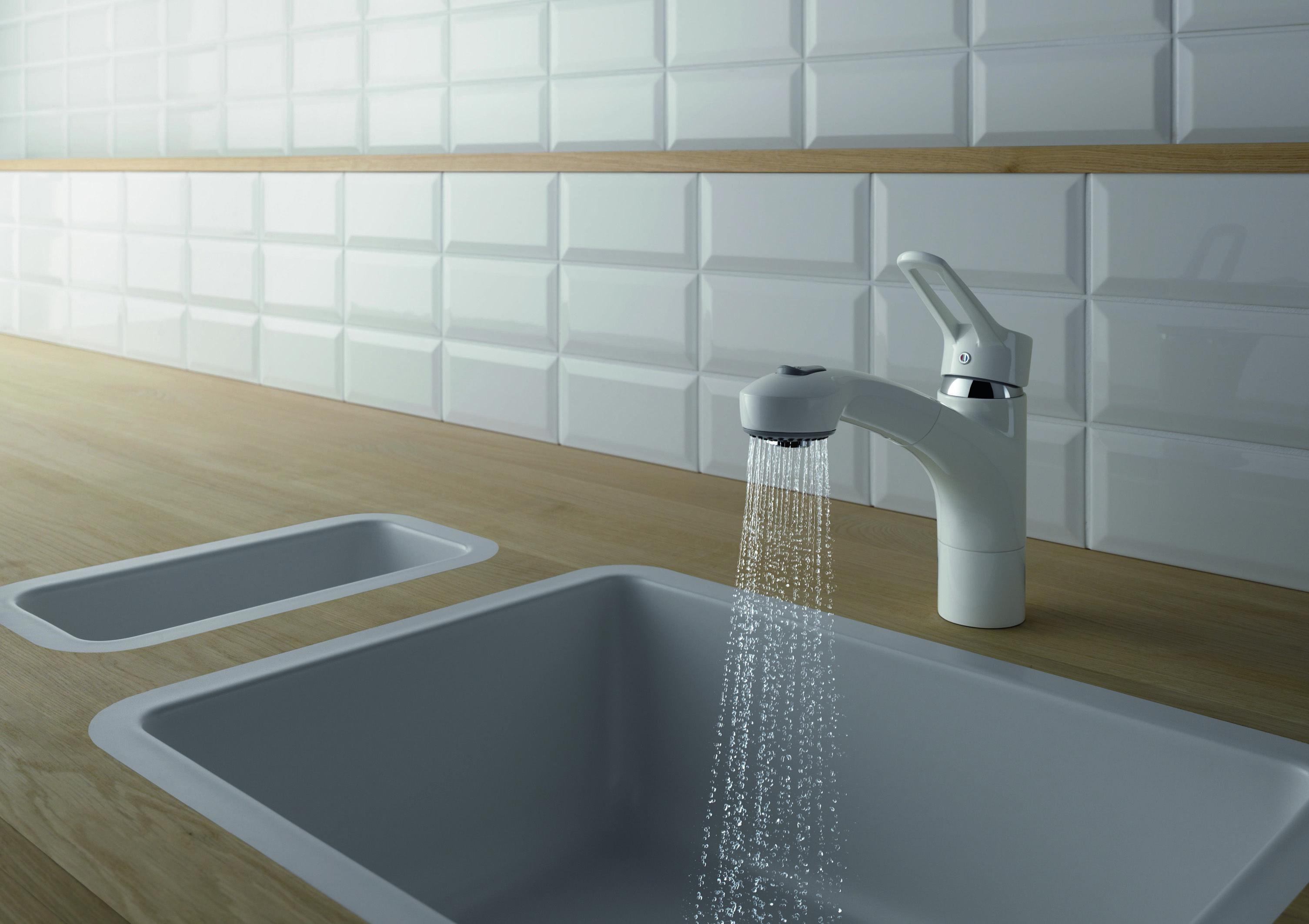 KLUDI MX keukenmengkraan in het wit met een uittrekbare vaatdouche. De wipschakelaar op de vaatdouche zorgt dat vrij tussen de normale waterstraal en de sproeistraal gewisseld kan worden.