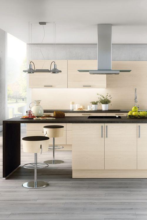 Modern und luftig präsentiert sich diese Küche von Contur in Pinie - küchen mit kochinsel