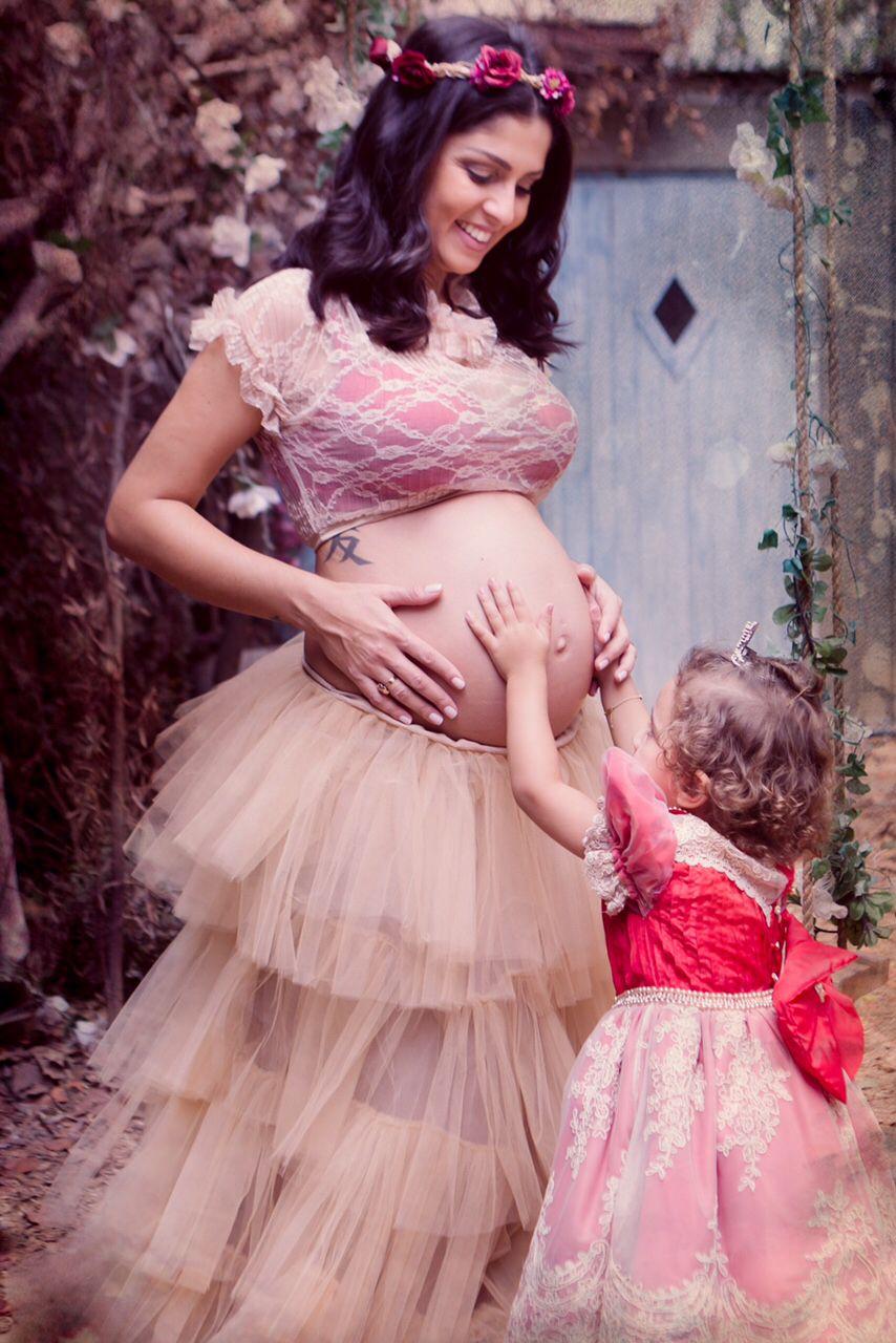 Valentina sentindo o bebê mexer no meio do ensaio!