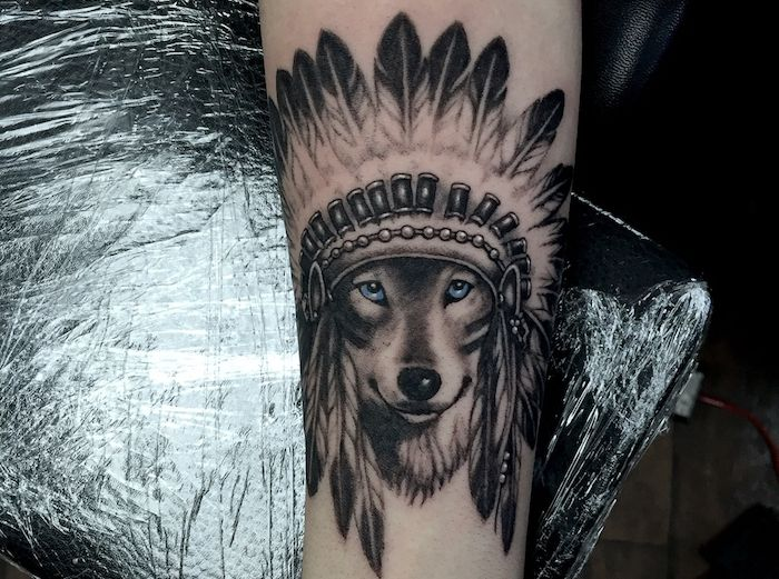 wolf on moon tattoo design tattoo t tatouage loup. Black Bedroom Furniture Sets. Home Design Ideas