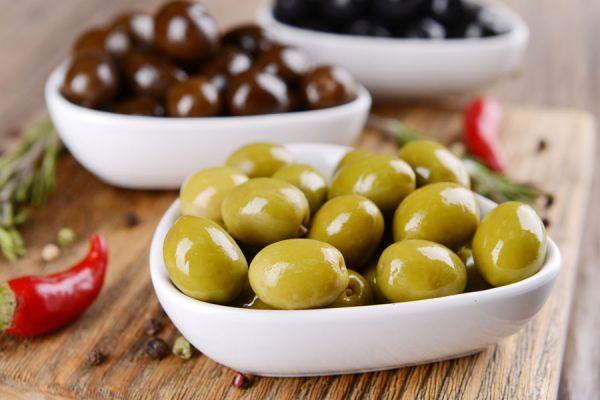 La pasta de aceitunas es una receta simple, ideal para iniciar un aperitivo en compañía de agradables visitas.