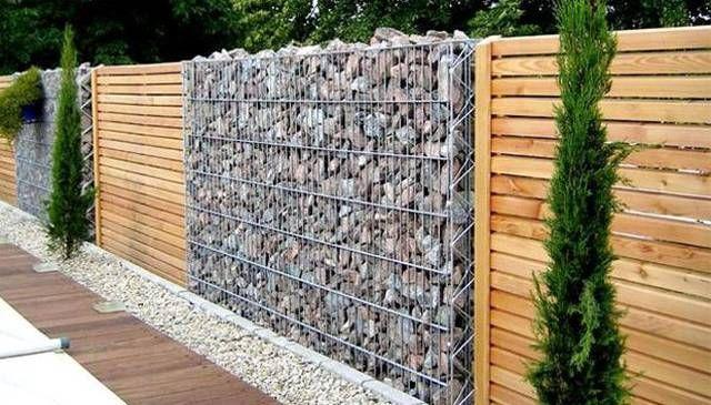 Cerca moderna con sector de piedras sueltas en canasto for Barda de madera para jardin