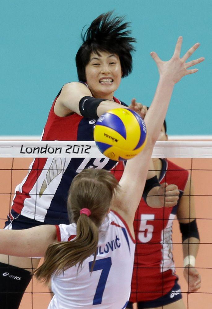 2012 년 하계 올림픽에서 여자 배구 예선 경기 런던 2012년 7월 30일 (월요일), 동안 세르비아의 Brankica Mihajlovic (7)에 의해 한국의 김 희 진 (19)는 스파이크 공. (AP 사진 / 크리스 O'Meara)를