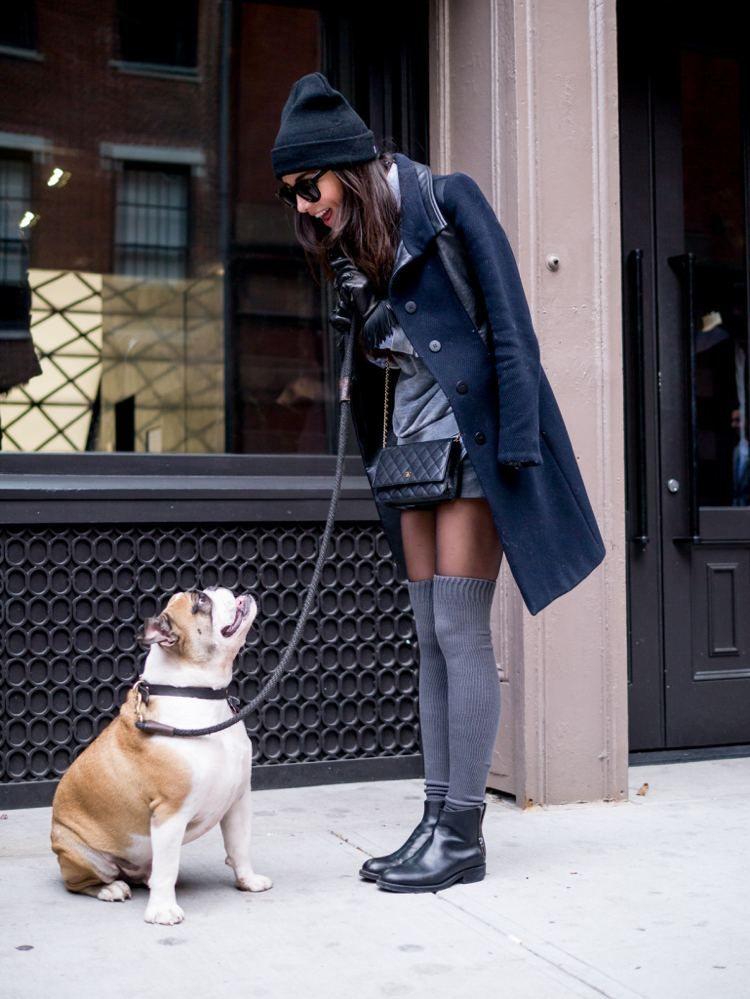 chaussettes hautes en gris, chaussures en cuir noir, sac Chanel et bonnet  assorti