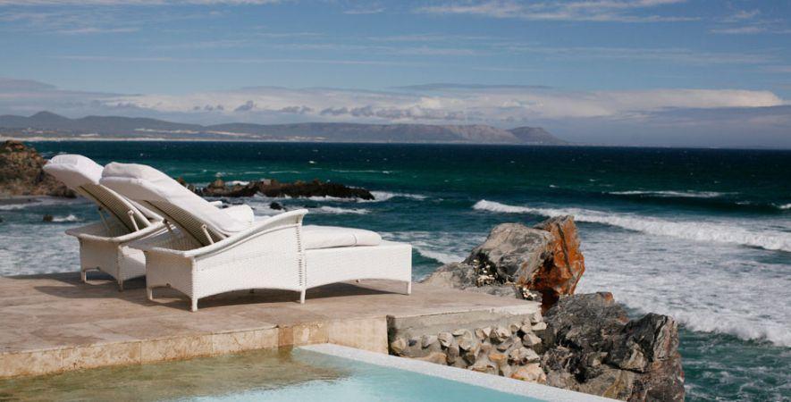 Birkenhead House, Sudáfrica. A sólo 100 km al sureste de Ciudad del Cabo se esconde un hotel construido alrededor de una piscina central que cae en cascada a la cima de un acantilado