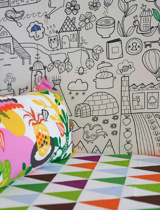 Mit etwas IKEA Meterware an der Wand ist in diesem Kinderzimmer ein toller Bereich zum Malen und Zeichnen entstanden.
