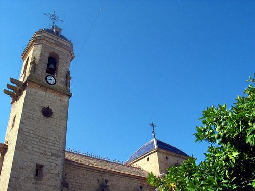 #Jaén #Castellar - Colegiata GPS  38.255850, -3.129028  Foto de Ginés Collado (http://www.panoramio.com/user/292844) Ex-colegiata de Santiago. Esta sobria construcción de elegantes proporciones, que data de mediados del siglo XVII, fue en su tiempo una de las más importantes de la provincia, está orientada al suroeste y está dividida en dos partes, iglesia y colegio con patio. Su fundación se debe a D. Mendo Benavides, que encargó las obras a Juan y Alonso de Aranda y Salazar en 1642.