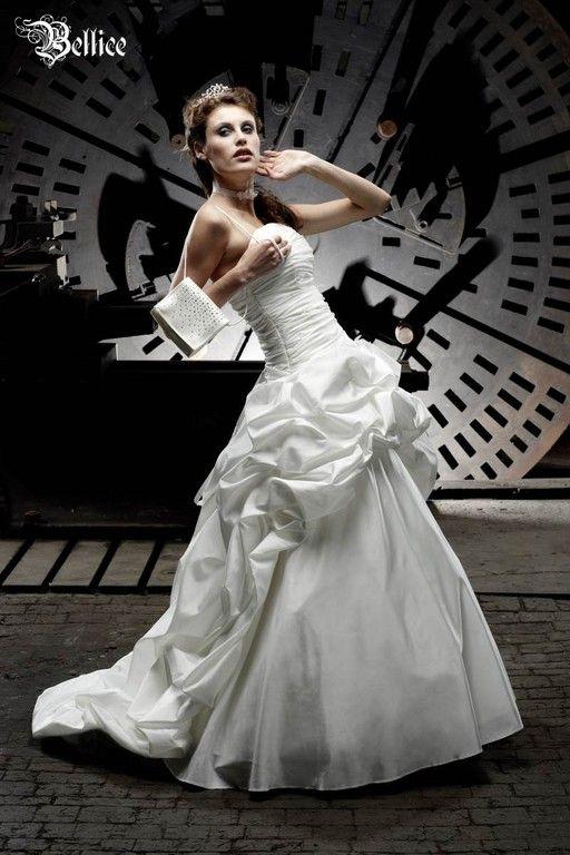 Extravagante Brautmode und ausgefallene Ballkleider. Kurze Vokhuhila ...