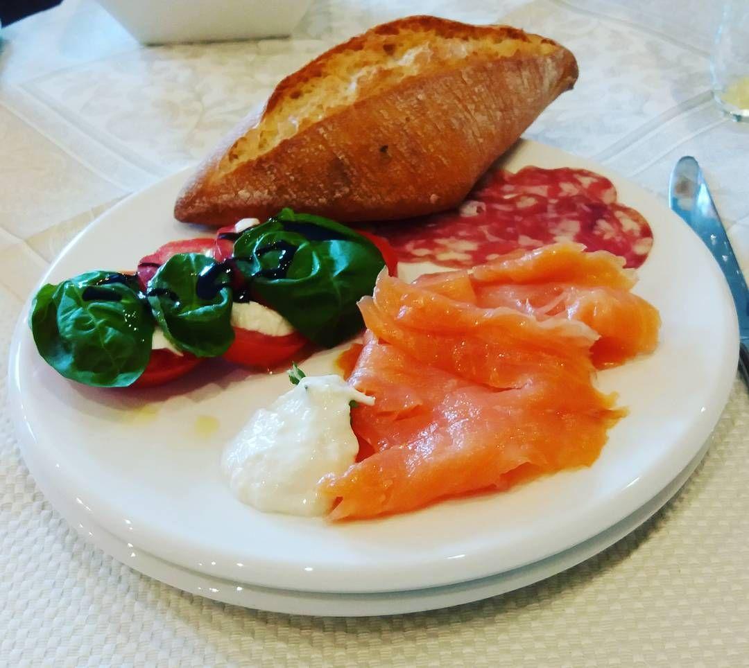 Frühstück!! Ich kann dieses kleine Hotel in Heppenheim nur empfehlen! #breakfast #frühstück #foodporn #morning #sun #september #salmon #salami #caprese #brötchen #foodporn #hotel #heppenheim #odenwald